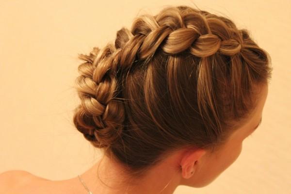 Французская коса с обратной укладкой выглядит оригинально, она подойдет как для похода на работу, так и на свидание.