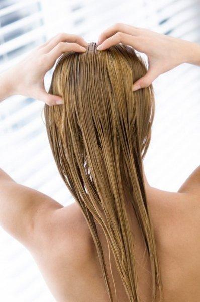 Главная цель – тщательно пропитать волосы масляной смесью.