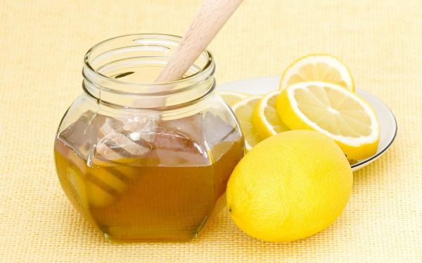 Главные осветлители волос – мед и лимон