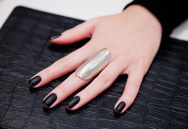 Глянцево-матовое покрытие — один из самых простых в исполнении своими руками вариантов дизайна ногтей