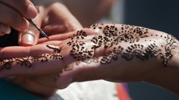 Хной делают не только татуаж бровей, но и татуировки.