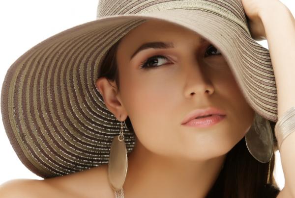 Игнорирование необходимости прятать волосы от низких температур и палящего солнца – верный путь к потере их красоты