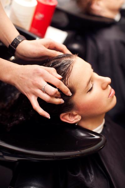 Инструкция по проведению процедуры: мытье волос очищающим шампунем