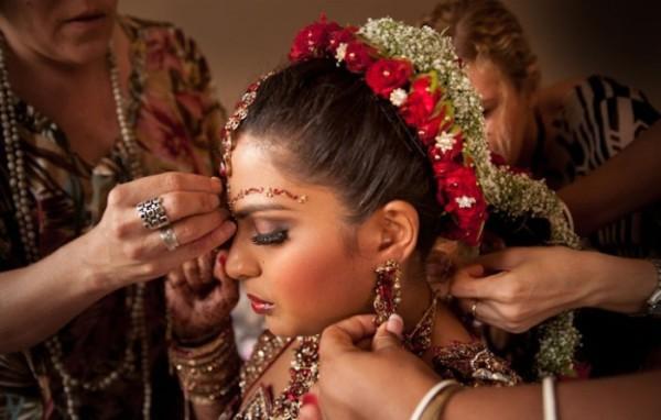 Интересен тот факт, что в Индии нет салонов красоты, стрижки выполняются исключительно родственницами и подругами, считается, что цена стрижки посторонним человеком – счастье и благополучие семьи