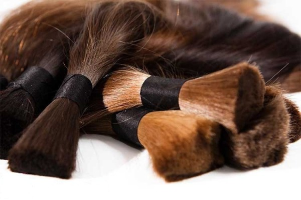 Искусственные пряди прочно вошли в парикмахерский сегмент, сегодня из них изготавливают парики, пряди для наращивания, локоны на заколках и аксессуары для причесок
