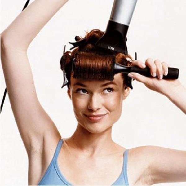 Использование фена с ионизацией позволит сократить вредное термовоздействие на средние локоны и пригладит чешуйки волос, что сделает укладку более аккуратной