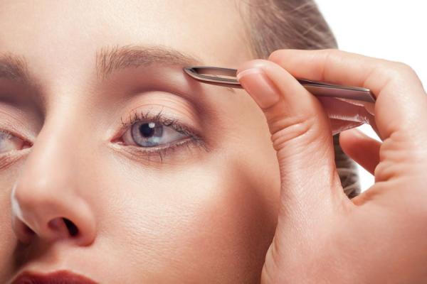 Использование пинцета — самый простой способ удалить ненужные волоски