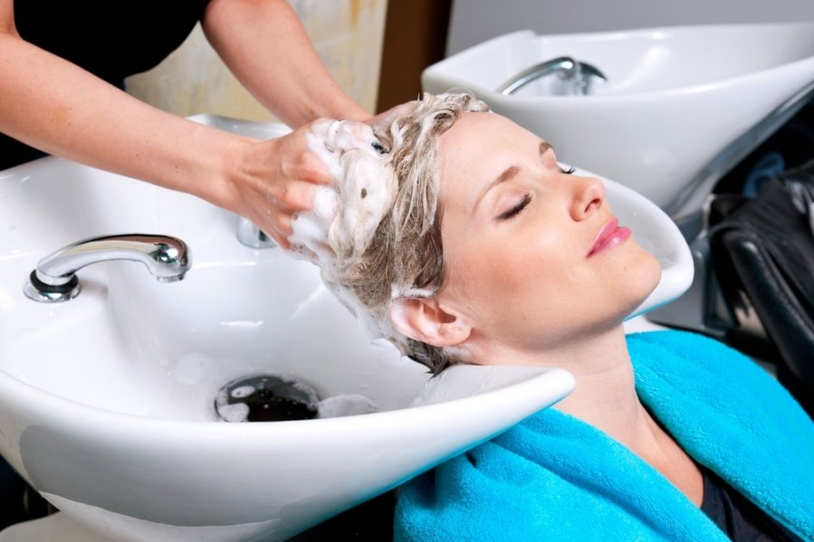 Использование шампуня глубокой очистки позволяет провести процедуру создания долговременной укладки максимально эффективно