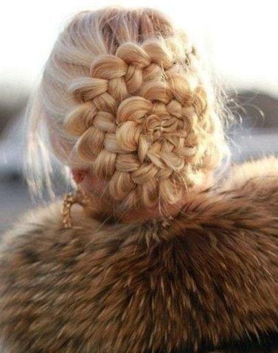 Из привычного плетения можно сделать необычную прическу, выложив его хвостик в форме цветка