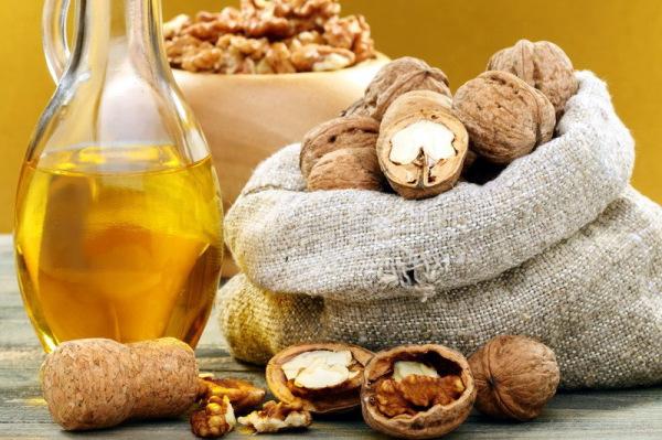 Измельченные части ореха оказывают массажное воздействие на кожу головы, стимулируя приток крови к волосяным луковицам