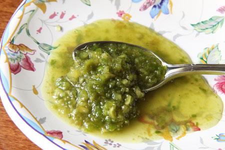 Измельченный зеленый грецкий орех