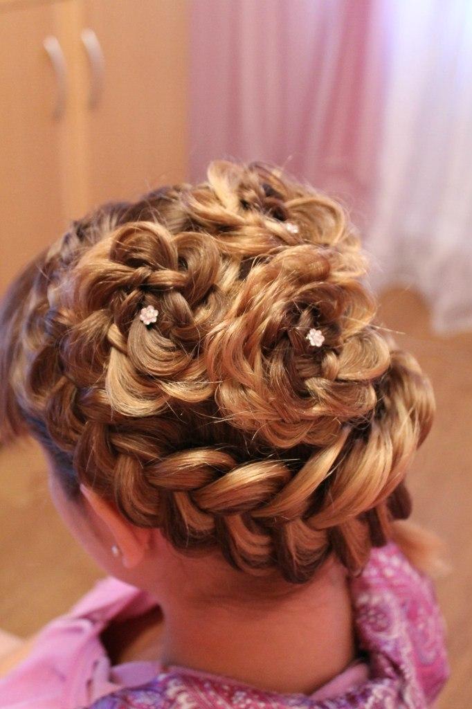 Косички для девочек – это идеальный вариант для волос любой длины, ведь это красиво, удобно, разнообразно и подходит как на праздник, так и на каждый день.