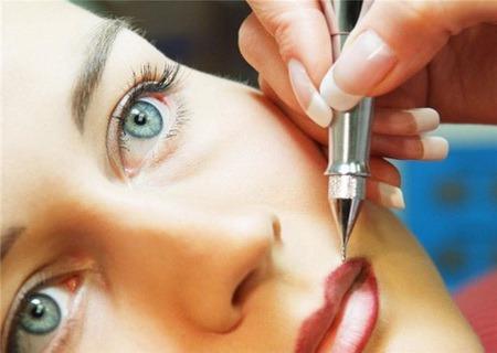 Как и любая другая процедура, перманентный макияж имеет свои преимущества и недостатки.