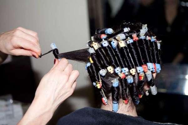 Как сделать мелкие кудряшки на длинные волосы? Технология использования «коклюшек»