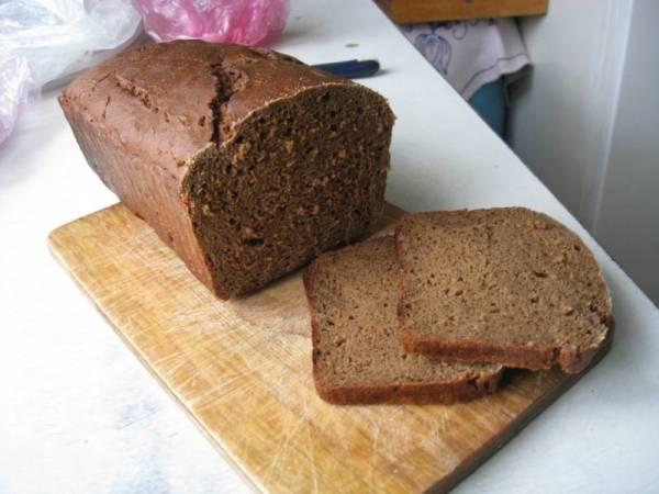 Кашица из чёрного хлеба придаст густоты и насытит локоны полезными элементами