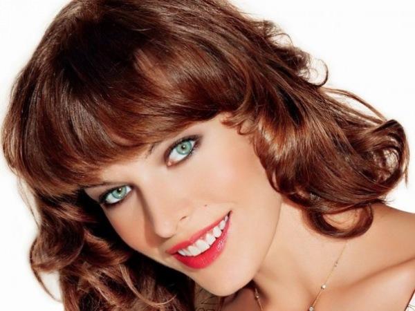 Каштаново-рыжие волосы и зеленые глаза с голубоватым отливом.