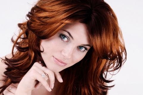 Каштановые волосы нежны и очаровательны