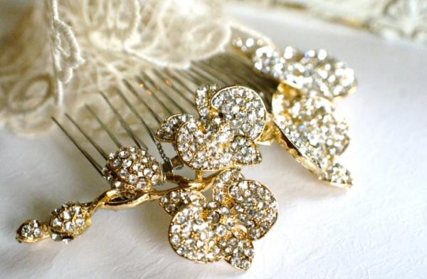 Классический наряд невесты сложно представить без утонченного гребня