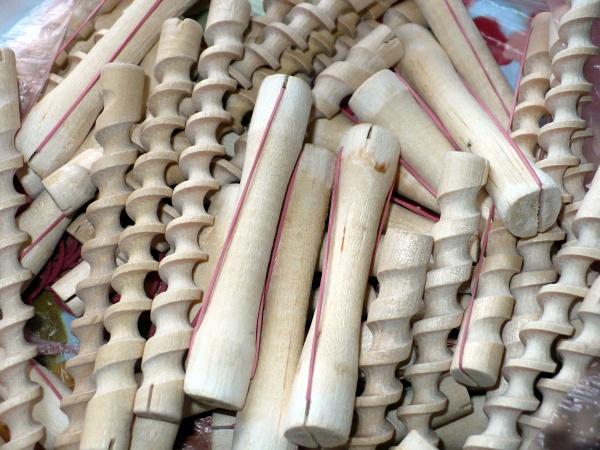 Коклюшки могут быть пластмассовыми и деревянными