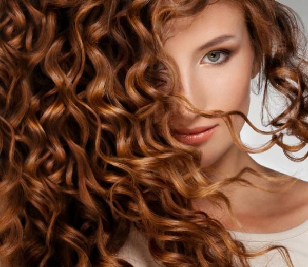 Коньяк способен улучшить состояние волос как прямых и вьющихся, так и сухих и жирных!
