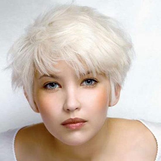 Короткие белые волосы нуждаются в ежемесячном осветлении отросших корней.