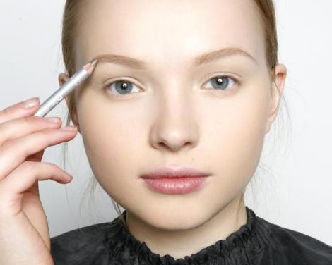 Коррекцию волосков на лице своими руками легко сделать с помощью карандаша или теней светло-коричневых оттенков