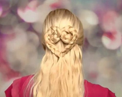 Косичка сердечком прекрасно смотрится на волосах любого цвета и делает образ романтичным и нежным