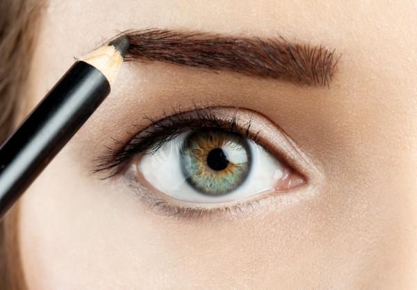 Косметический карандаш популярен благодаря невысокой стоимости и тому, что позволяет экспериментировать с формой бровей