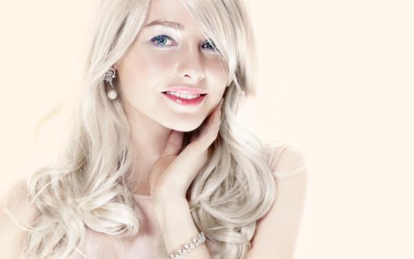 Краска для волос Жемчужный блондин пойдет девушками цветотипа Зима - Лето