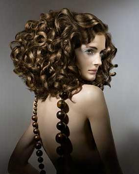Крупные завитки прекрасно смотрятся на волосах любой длины