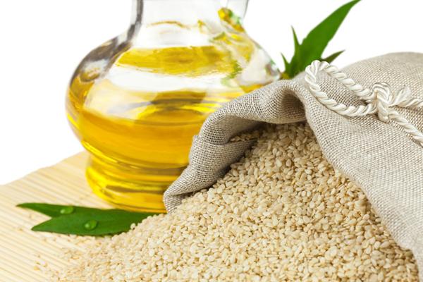 Кунжутное масло используют не только в кулинарии, косметологи давно оценили этот продукт и успешно его применяют.