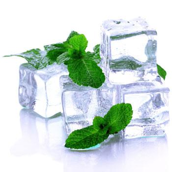 Кусочки льда оказывают не только обезболивающее действие, но и омолаживающий эффект на кожу