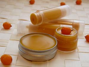 Ланолин используют не только в составе шампуней, его можно найти в кремах и бальзамах для губ