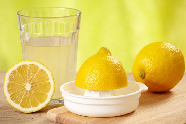 Лимон – отличный ответ на вопрос, как добиться золотистого цвета волос в домашних условиях