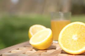 Лимонный сок используется во многих народных рецептах для волос