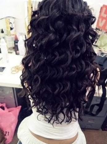 Локоны на длинные волосы с помощью плойки смотрятся особенно эффектно