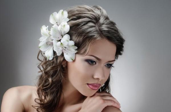 Локоны на волосы средней длины смотрятся потрясающе: нежно и женственно.