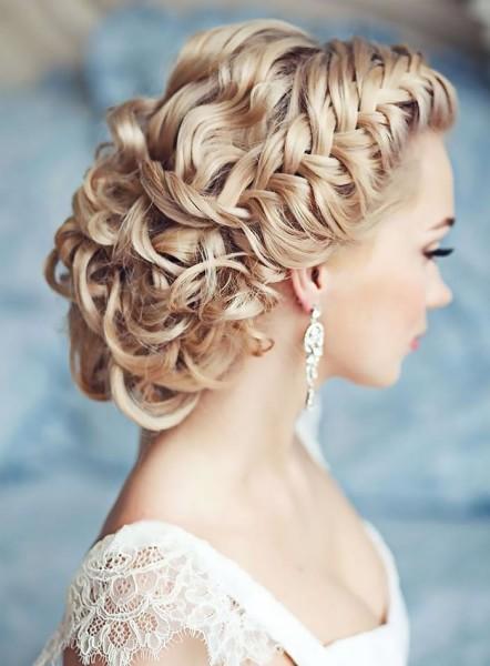 Локоны с косой – хит вечерних и свадебных причесок этого года