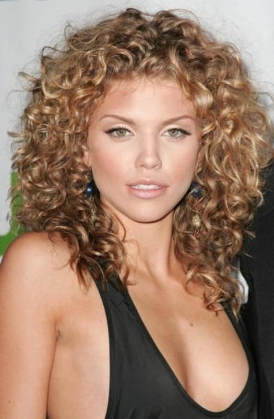 Лучшее решение для вьющихся волос длиной ниже плеч – стрижка каскад