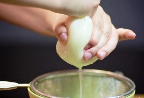 Луковичный сок выдавливается из кашицы лука
