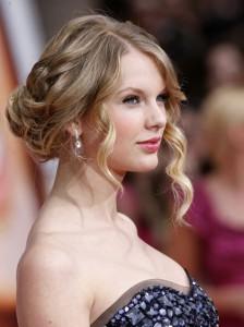 Любую даму украсят объемные локоны на средние волосы.