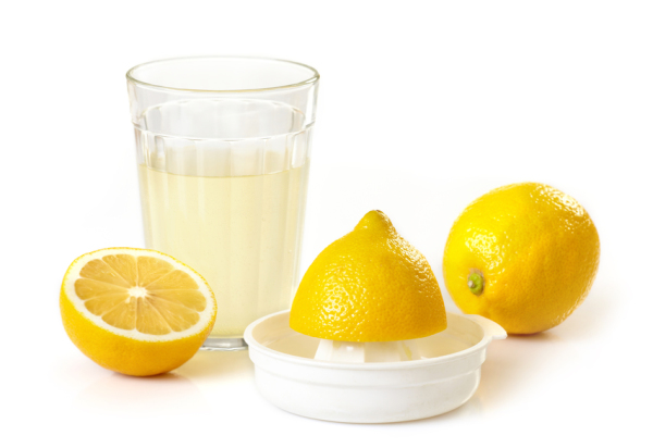 Маска от выпадения волос с луком требует обязательно ополаскивания лимонным раствором