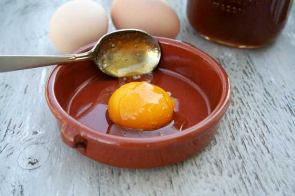 Маску с яйцом следует хорошенько взбить