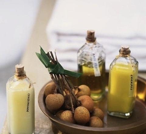Масла для роста волос в домашних условияхможно использоватьпри приготовлении самодельных шампуней на основе мыльной базы. Если речьидето приготовлении бальзама, отдайте предпочтение маслам цитрусовых, которые отлично придают эластичность и блеск.