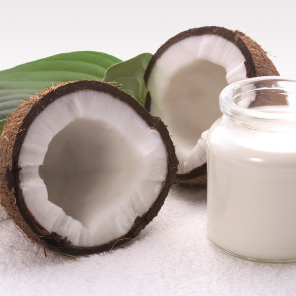 Масло кокоса является очень популярным средством по уходу за кожей тела и шевелюрой, но также оно эффективно в отношении ослабленных волосков у глаз