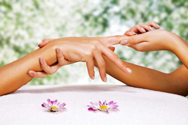 Массаж рук дает косметический, оздоровительный и расслабляющий эффект