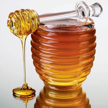 Мед для шевелюры – это кладезь витаминов и микроэлементов.