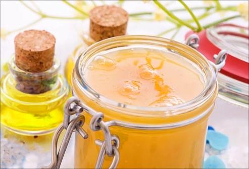 Мед, сметана, молоко и масла для ломких волос являются настоящим спасением