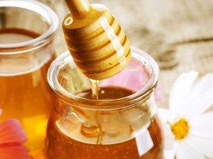 Мед воздействует на прядки, как перекись, только менее агрессивно.