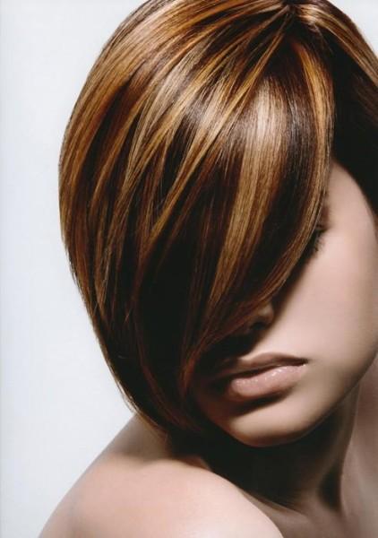 Мелирование - классический вариант для брюнетки с короткими волосами.